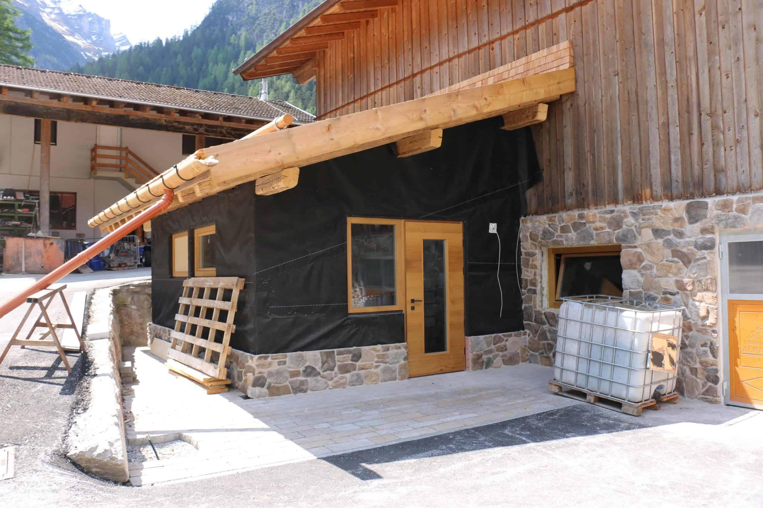 Hofladen-scaled Alpakas passen gut nach Tirol