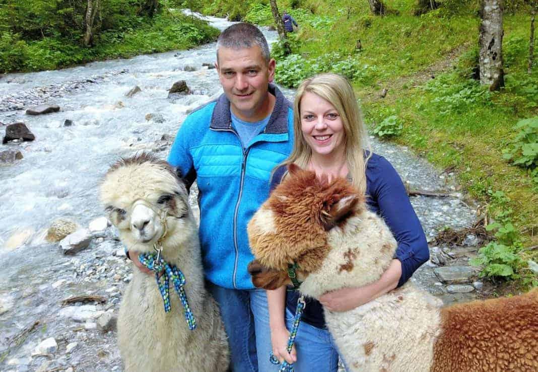 Renate-und-Franz-mit-Bruno-und-Valentino-1068x739 Alpakas passen gut nach Tirol